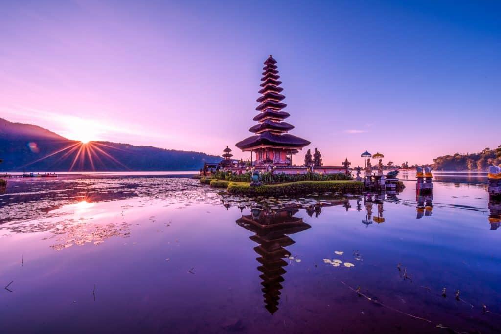 temple sur un lac à Bali