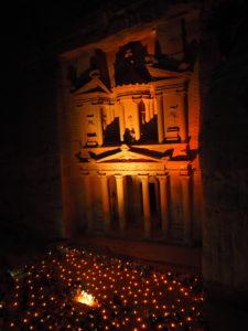 voyager à Petra jordanie by night