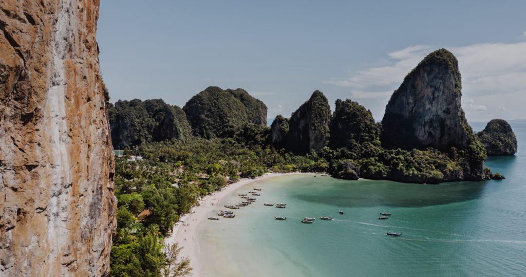 plage de railay beach à krabi dans le sud thaïlande, l'une des plus belle plage du pays.