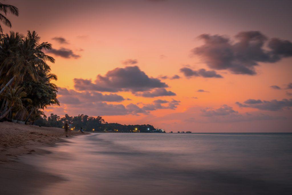 coucher de soleil à koh samui sur la plus belle plage de l'île.